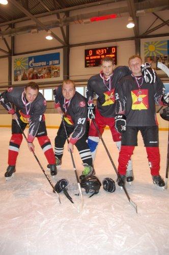 Мужчины играли в хоккей...